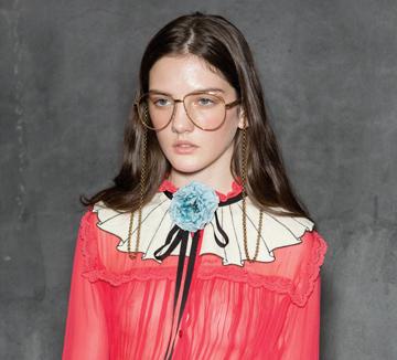 오피스 룩의 기본인 블라우스와 셔츠. 더 과감해진 컬러와 패턴을 즐겨라.