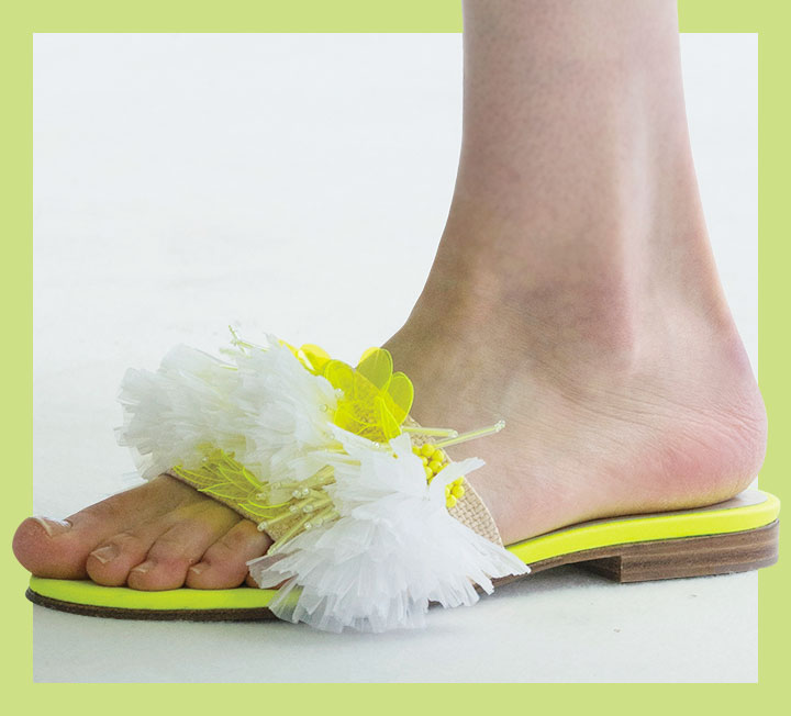 일 년 동안 손꼽아 기다린 여름휴가가 코앞으로 다가왔다. 휴양지에서 돋보이고 싶다면 코스모가 주목한 여름 액세서리를 눈여겨보고 적시적소에 활용해볼 것.::슬라이드, 슬라이드슈즈, 슈즈, 여름신발, 신발, 패션, 코스모폴리탄, COSMOPOLITAN::