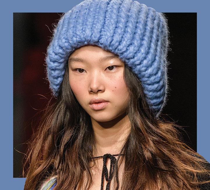 혹한에도 체온을 유지하기 위해선 두껍게 껴입는 것보다 추위에 노출된 피부를 덮는 것이 더 중요하다. 장갑, 머플러, 모자, 퍼 슈즈 등 머리부터 발끝까지 보온 효과를 주는 동시에 스타일 지수를 높여줄 쇼핑 리스트를 정리했다. ::패션, 겨울아이템, 모자, 겨울모자, 방한모자, 방한패션, 니트모자, 비니, 쇼핑, 코스모폴리탄, COSMOPOLITAN