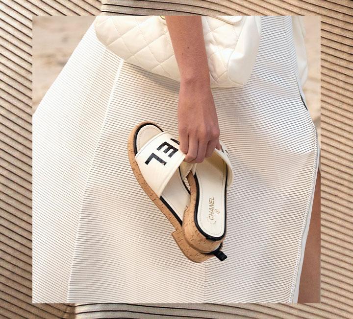새 계절, 쇼핑에 목마른 당신을 위해 준비했다. 올 봄과 여름, 들고 신으면 좋을 만한 가방과 신발을 모두 모은 대망의 쇼핑 가이드. ::패션, 쇼핑, 데일리룩, 패션아이템, 트렌드, 샌들, 슬리퍼, 여자샌들, 여름샌들, 2019ss, 코스모폴리탄, COSMOPOLITAN