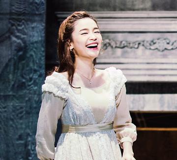 사랑에 아파해본 적이 있는 당신이라면 올 겨울, 짝사랑의 아픔을 노래하는 젊은 베르테르의 이야기에 귀를 기울여보는 건 어떨까요? 공연을 보고 난 뒤 에디터도 홀딱 반해버린 베르테르의 그녀, '롯데' 역을 연기한 배우 전미도를 만나봤습니다.