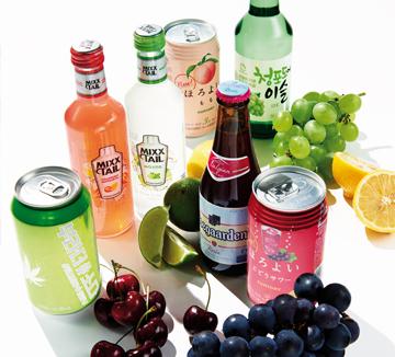 알코올 냄새는 안녕. 올여름 새 술에선 과일 향, 꽃 향이 진동한다.::데이트, 칵테일, 주류, 여름, 술, 알콜, 믹스테일, 빔 산토리 호로요이, 청포도에, 탄산주, 호가든,  코스모폴리탄, COSMOPOLITAN