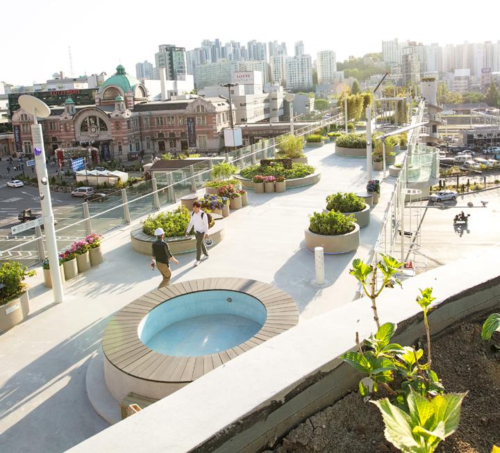 공원으로 변신한 서울역 고가도로가 드디어 문을 열었다.