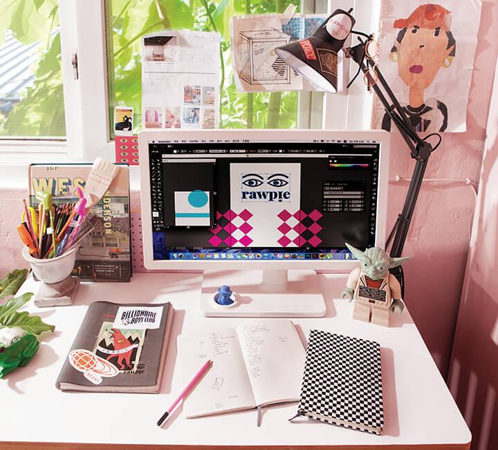 책상은 그 사람을 반영한다. 그렇다면 서로 다른 업무 스타일을 지닌 이들은 어떤 책상에서 일할까? 각자의 개성을 보여주는 건 물론 업무 효율도 샘솟게 하는 업무 스타일별 리얼 책상을 공개한다. ::디렉터, 책상, 인테리어, 소품, 아이템, 개성, 업무, 스타일, 공간, 코스모폴리탄, COSMOPOLITAN