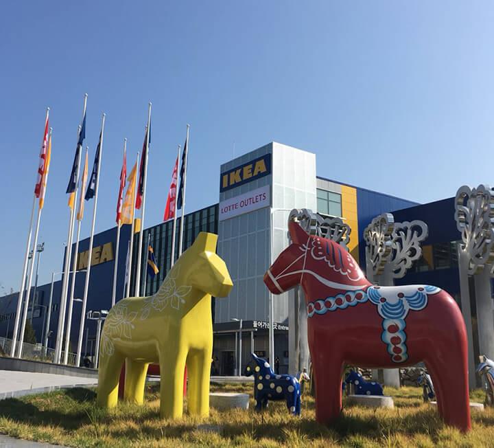 덴마크 디자인 브랜드 HAY와 이케아가 컬래버레이션해 완성한 뉴 컬렉션이 국내 최초로 이케아 고양에서 공개된다. ::이케아, 고양, 헤이, HAY, 콜라보, 북유럽, 가구, 인테리어,코스모폴리탄, COSMOPOLITAN