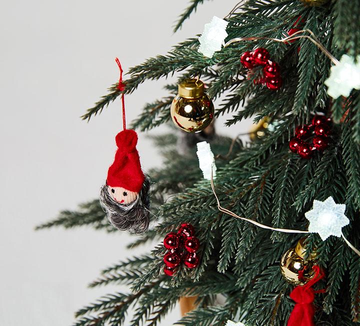보고만 있어도 연말 분위기가 물씬 풍기는 크리스마스 트리를 만들고 싶다고? 그렇다면 '왕년에트리 좀 만들어봤다'는 에디터들의 개성 넘치는 트리를 참고하자. 9만9천원 한도 내 3인 3색 트리를 만들었다. 추운 날씨라면 질색하는 당신을 위해 특별히 선택한 쇼핑 플레이스는 이케아, 다이소, 이마트다.