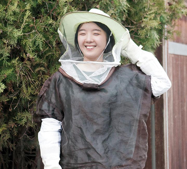벌이 사라지면 인간도 살지 못한다. 도시 양봉을 한다는 건 꿀을 얻는 일을 넘어, 함께 사는 지속 가능한 삶을 고민하는 사람이라는 의미다. 양봉 5년 차, 배지숙처럼.