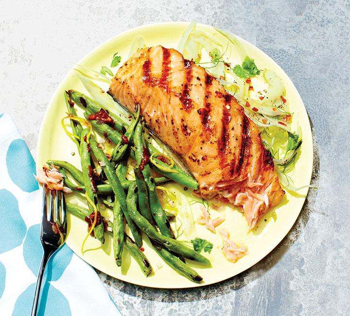 '집밥'이 트렌드라고 하지만 야근을 밥 먹듯이 하는 직장인들에게 주 5일 외식은 피할 수 없다. 어차피 먹는 거 건강하게 먹자! 유명 영양학자들이 말하는 '집밥' 먹듯 외식하는 방법.