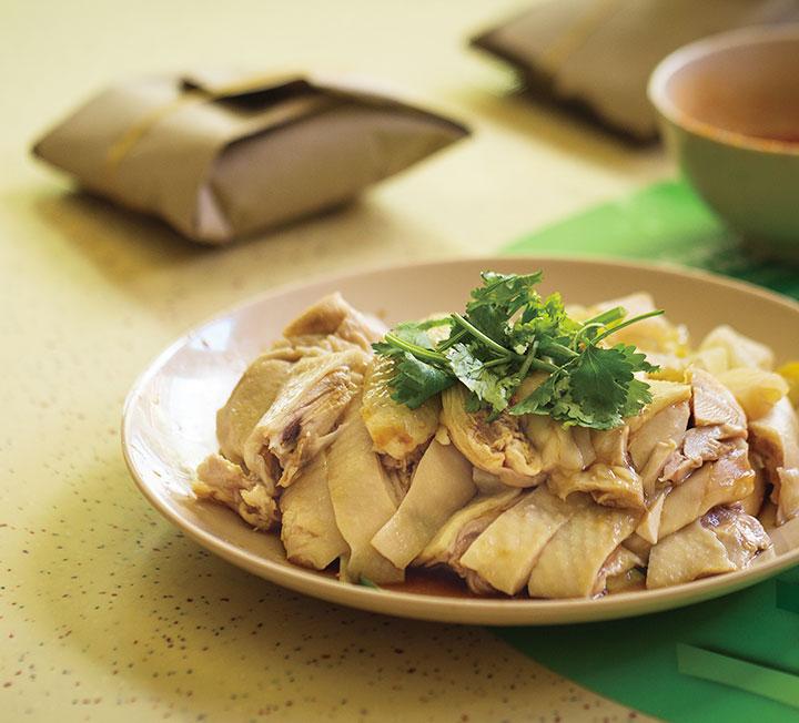 싱가포르엔 칠리 크랩과 카야 토스트 말고도 먹어봐야 할 음식이 무궁무진하다. 싱가포르 유명 푸드 블로그 'MissTamChiak.com'의 디렉터 모린 오가, 싱가포르 현지인들이 삼시 세끼 즐겨 먹는 로컬 푸드를 알려줬다.::싱가포르, 현지음식, 음식, 푸드, 로컬푸드, 여행, 라이프, 코스모폴리탄, COSMOPOLITAN::