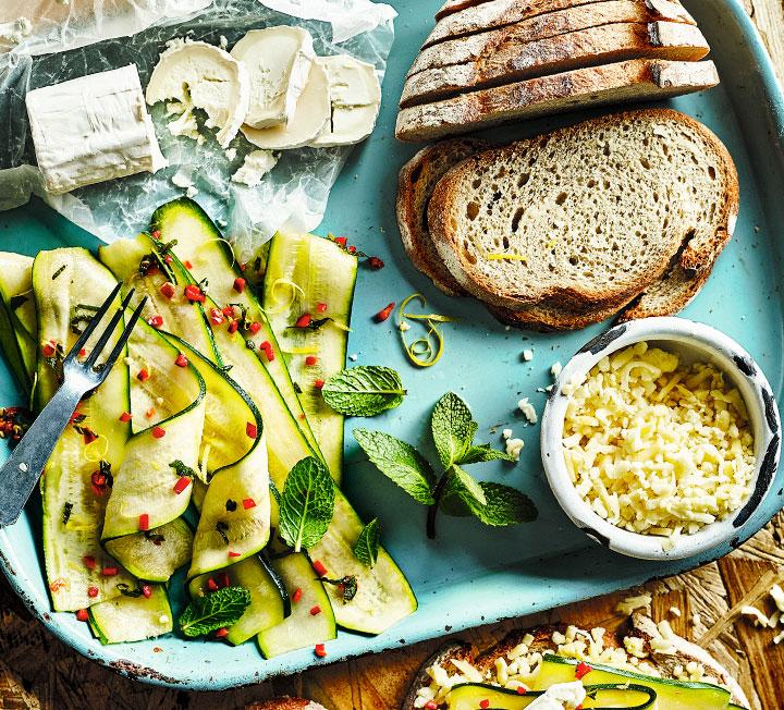 평범한 샌드위치가 뜨거운 불에 굽기만 하면 특별한 음식으로 변신한다. 빵순이와 치즈 마니아라면 마다하지 않을, 그릴 샌드위치 레시피 4. 한 끼 대용으로 손색없고, 맛도 있다.::샌드위치, 그릴샌드위치, 레시피, 요리, 라이프, 컬처, 코스모폴리탄, COSMOPOLITAN::