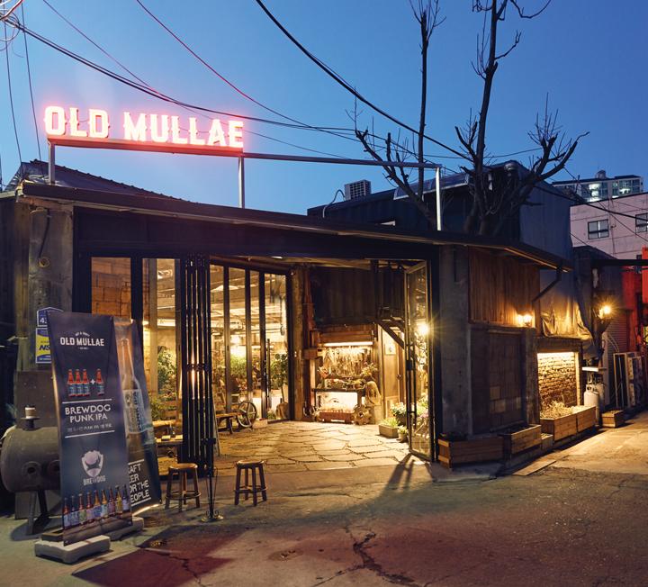 지금 이 도시 사람들은 무엇을 보고, 입고, 먹고, 즐기며 살고 있을까? 코스모가 요즘 서울 사람들이 탐미하는 200가지 취향을 모았다.
