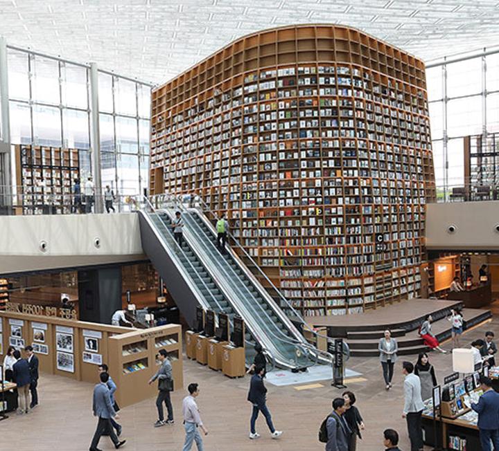 스타필드 코엑스몰에 들어선 별마당 도서관은 실로 엄청나다. 천장까지 솟은 책장에 빼곡히 들어찬 책들은 보고만 있어도 배가 부를 정도!