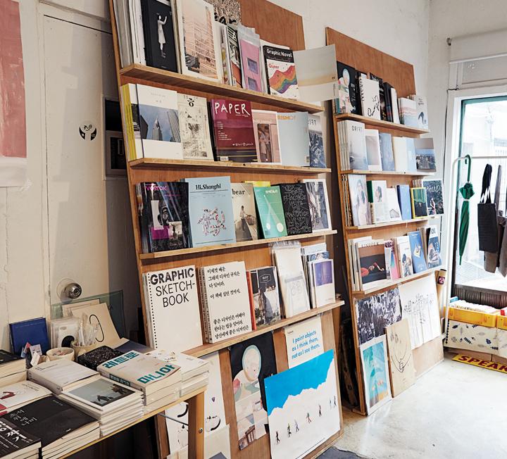 """""""아무도 책을 읽지 않는 시대""""라는 자조는 옛말일지도 모른다. 서울부터 제주까지 고유한 독립 서점이 카페처럼 생겨나고 있다. 올해 열린 '서울국제도서전'엔 무려 20만 명의 관람객이 찾았다. TV에선 좋은 책을 읽고 토론하는 장을 넘어 자기만의 책을 만드는 법을 알려준다. 다시 '책'의 시대가 오는 걸까? 코스모가 지금 서울 사람들의 '독서 생활'을 탐구했다. ::책방, 서점, 카페, 도서, 독서, 책장, 코스모폴리탄, COSMOPOLITAN"""