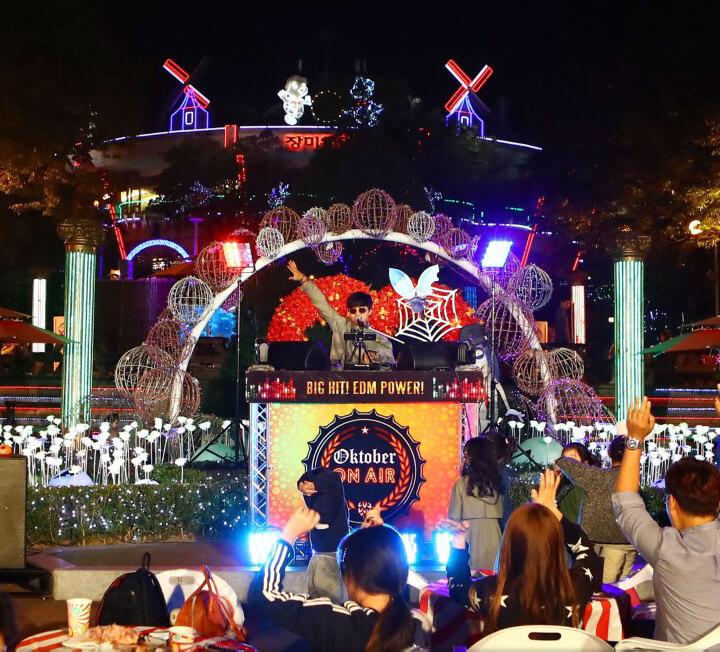 할로윈을 더욱 신나게 해줄 놀이공원에서, 신나고 서늘한 할로윈 축제 즐기기.