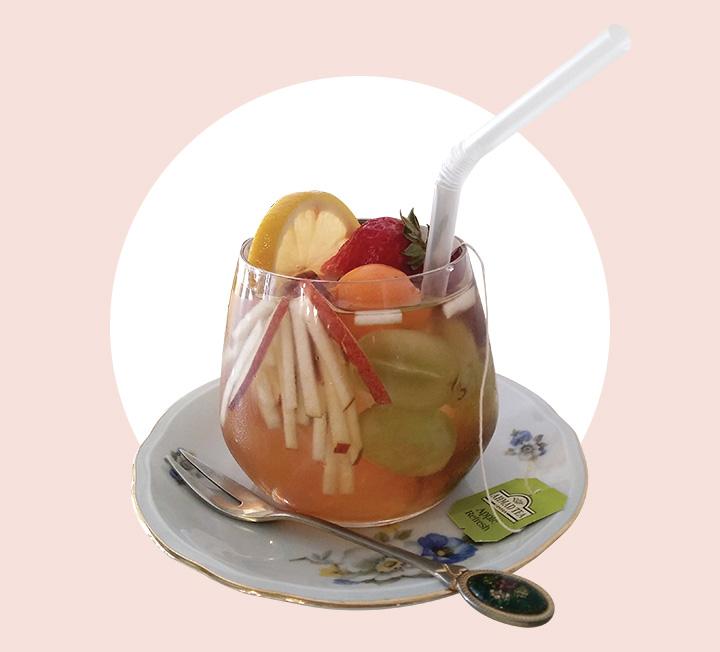 음료 안에 제철 과일이 통째로 담겨 더 특별하다. ::라이프, 카페, 드링크, 플레이스, 코스모폴리탄, COSMOPOLITAN