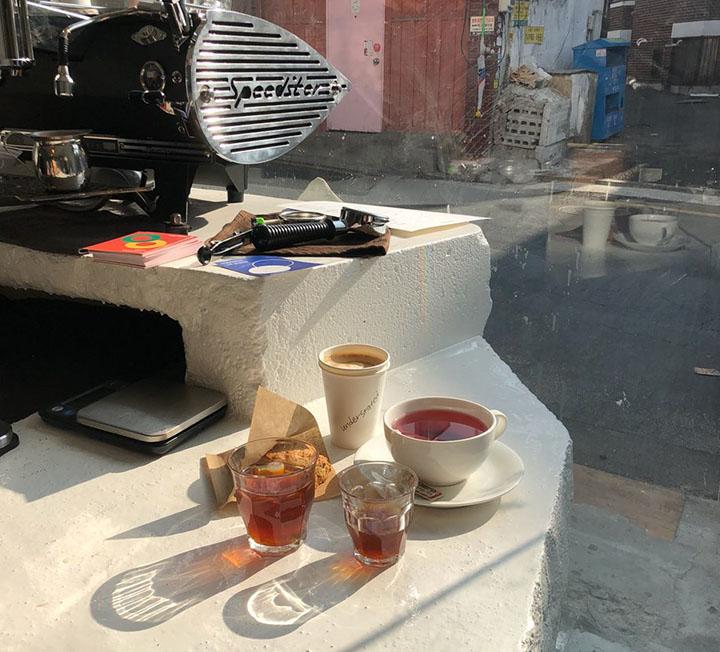 공덕에 생긴 새하얀 공간. 이곳의 커피가 특별한 데는 이유가 있다.