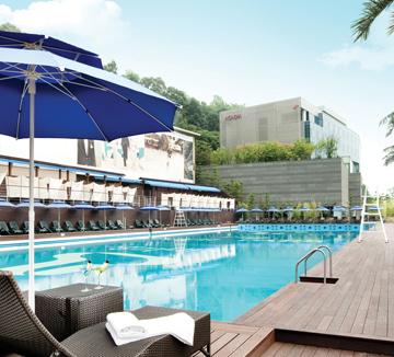 서울의 여름이 시작됐어요. 올해도 기나길 게 분명한 여름을 버티려면 문화생활 충전이 시급합니다.::휴가, 데이트, 여름, 야외, 수영장, 특급, 호텔, 호텔 수영장, 비키니, 도심, 코스모폴리탄, COSMOPOLITAN