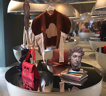 패션뿐만 아니라 건축, 인테러어 등 볼 것이 넘쳐나는 밀라노에서 패션쇼 장 안에만 있을 순 없지! 시간을 쪼개 밀라노 곳곳을 누비며 포착한 순간들. 밀라노 여행을 준비하고 있다면 기사를 보고 참고하시길.