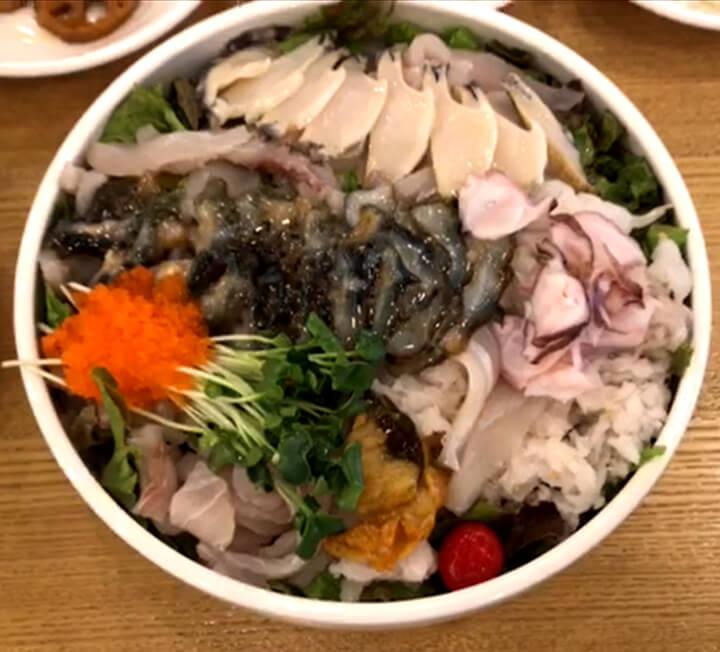 오늘 하루만큼은 상사가 결정한 메뉴가 아닌, 내가 먹고 싶은 음식으로 배를 채우겠다! 프로먹방러의 속초 여행. ::코스모폴리탄, COSMOPOLITAN