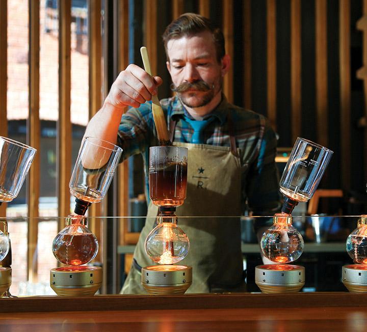 시애틀에서 하루 세끼만 먹는 건 이 도시가 건네는 호의를 내치는 일이다. 매일 아침 8시부터 밤 10시까지 시장과 레스토랑, 카페와 베이커리, 펍과 바를 종횡무진하며 위장을 혹사시켜도 매번 '첫 끼'처럼 즐거웠다. 전 세계의 커피 신과 다이닝 신을 주도하는 미식 도시, 시애틀의 새로운 '유니크 바이츠' 탐험기. ::미국, 시애틀, 커피, 맥주, 미식도시, 여행, 먹방, 코스모폴리탄, COSMOPOLITAN