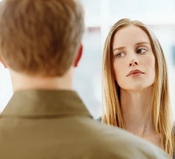 요즘 들어 그에게서 예전과 달리 의심스러운 기운이 감지된다고? 여자의 '촉'만으로 확증하기는 이르다. 코스모가 국내외 전문가들과 함께 만든 다음의 체크리스트에 모두 부합한다면 당신의 짐작이 맞을 가능성이 높다.::남자, 외도, 남친, 애인, 바람, 의심, 남자친구, 코스모폴리탄, COSMOPOLITAN