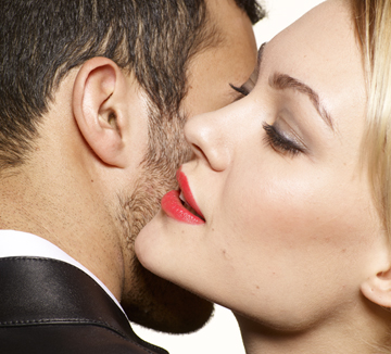 남자들은 여자의 어떤 부분에 끌리는 걸까? 여기 과학적으로 증명된 6가지 포인트를 소개한다.::연애, 사랑, 애인, 남자친구, 매력, 레드, 웃음, 메이크업, 매력 포인트, 코스모폴리탄, COSMOPOLITAN
