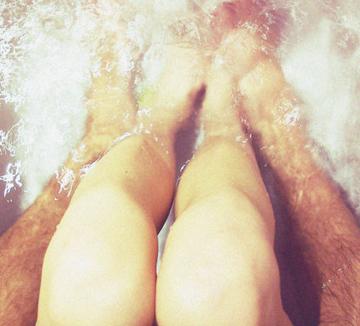TV나 영화에서 나오는 커플 목욕 씬은 로맨틱해 보인다. 하지만 실제로도 그럴까? 어쩌면 욕조 안은 피할 곳 없이 서로의 치부까지 모두 보여줘야만 하는 개미지옥일지도 모른다. 커플 목욕이 섹시와 다소 거리가 먼 경험이라는 10가지 증거를 가져왔다.::사랑, 연애, 남자친구, 목욕, 커플 목욕, 함정, 연애 팁, 코스모폴리탄, COSMOPOLITAN