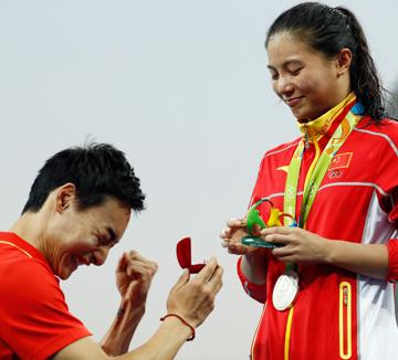 올림픽은 끝났지만, 이들의 사랑은 끝나지 않았다. 취재진 앞에서 금메달을 목에 걸어주며 프로포즈한 양궁 선수 이승윤부터 해변 프로포즈를 시전한 영국의 톰 보스워스까지! 리우에서 이뤄진 올림픽 프로포즈 이모저모.::리우, 올림픽, 리우올림픽, 프로포즈, 사랑, 결혼, 커플, 연애, 코스모폴리탄, COSMOPOLITAN