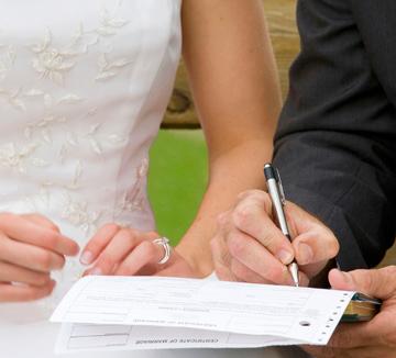 사랑하는 그와 빨리 결혼하고 싶다고? 약혼 기간을 충분히 누려도 좋은 8가지 이유가 여기에 있다.::결혼, 약혼, 연애, 사랑, 기간, 적령기, 결혼 적령기, 연애팁, 조언, 남자친구, 여자친구, 애인, 신랑, 신부, 코스모폴리탄, COSMOPOLITAN