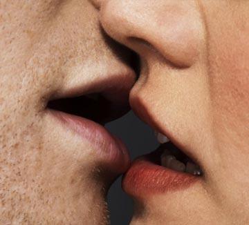 키스로 인해 옮는 질병의 종류는 의외로 다양하다. 당신이 생각한 것보다 더 역겨울지도 모른다. 물론 그렇다고 해서 키스를 하지 말라는 얘기는 아니다. 당신, 그리고 상대방의 건강과 직결되는 문제인 만큼 키스든 섹스든 건강하게 하는 것이 필수란 말씀!