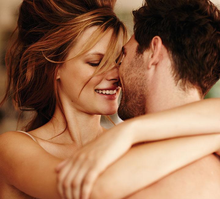 많은 전문가가 잠들기 전 연인과 나누는 대화, 함께 하는 행동이 둘의 유대감에 큰 영향을 미친다고 말한다. 매일같이 멍하니 TV 화면만 보며 시간을 죽이고 있다면 반성하고, 이 칼럼을 정독하시라. ::연인, 커플, 대화, 관계, 스킨십, 러브, 섹스, 코스모폴리탄, COSMOPOLITAN::