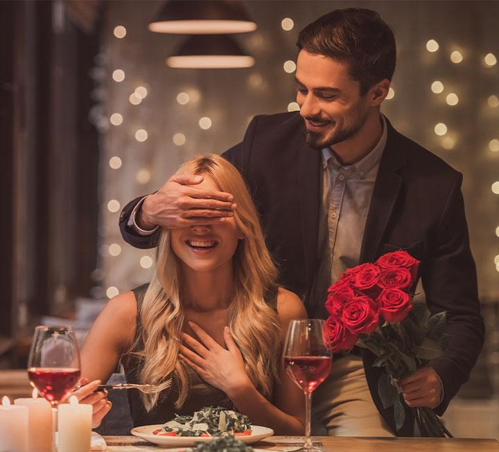 단 한 번뿐인 경험이 특별했으면 하는 바람은 십분 이해한다. 그렇지만 그 사랑 고백의 주인공은 어디까지나 두 사람이라는 점을 기억하자.  상대방 허락 없이 불청객을 초대하는 건 금물이다. ::러브, 청혼, 결혼, 사랑, 연애, 코스모폴리탄, COSMOPOLITAN