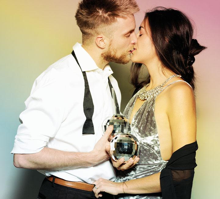 키스가 단순히 '입술+약간의 혀 운동' 정도라고 생각했다면 당신은 지금까지 영화의 예고편만 감상한 거나 다름없다. <키스의 과학(The Science of Kissing)> 저자인 셰릴 커센바움에 따르면 키스 하나로 상대방에 대해 많은 것을 알 수 있다. 다음번 키스를 할 땐 오감 센서를 풀가동해보자. ::러브, 사랑, 키스, 첫키스, 연애, 남자심리, 연애심리, 섹스, 스킨십, 도파민, 코스모폴리탄, COSMOPOLITAN