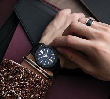 남자에게 시계는 거의 유일무이한 액세서리다. 그렇기에 사람들은 시계 디자인으로 그 남자의 취향을 가늠하기도 한다. 취향을 투영하는, 어느 오피스 맨의 손목을 포착했다. ::남자, 간지, 시계, 액세서리, 디자인, 취향, 손목, 코스모폴리탄, COSMOPOLITAN