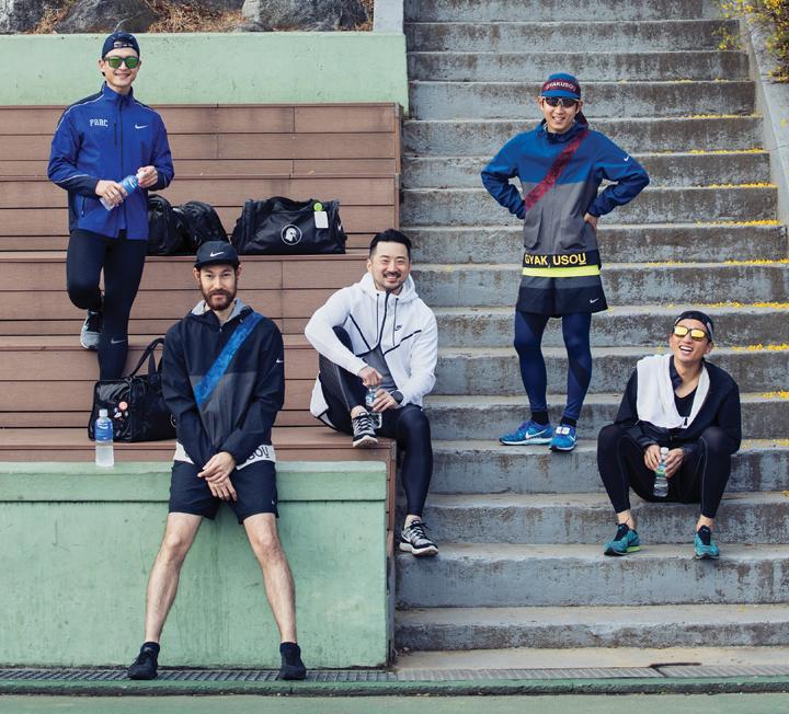 함께 모여 열심히 뛰고 구르는 남자들이 있다.  혼자보다 여럿이 몸을 부대끼는 것을 택한 그들은 팀을 이뤄 운동하는 것이 진정한 남자들의 시간임을 안다. 어디서든 땀 흘리는 남자가 옳다는 말은 진짜다.